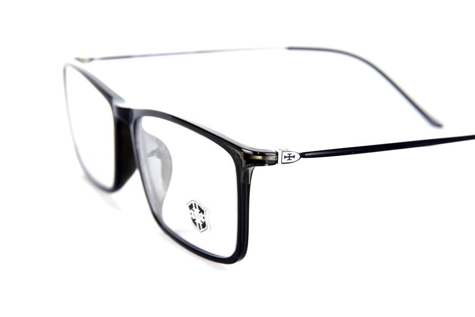 Người bị cận thị nặng có thể đeo kính cận mỏng không